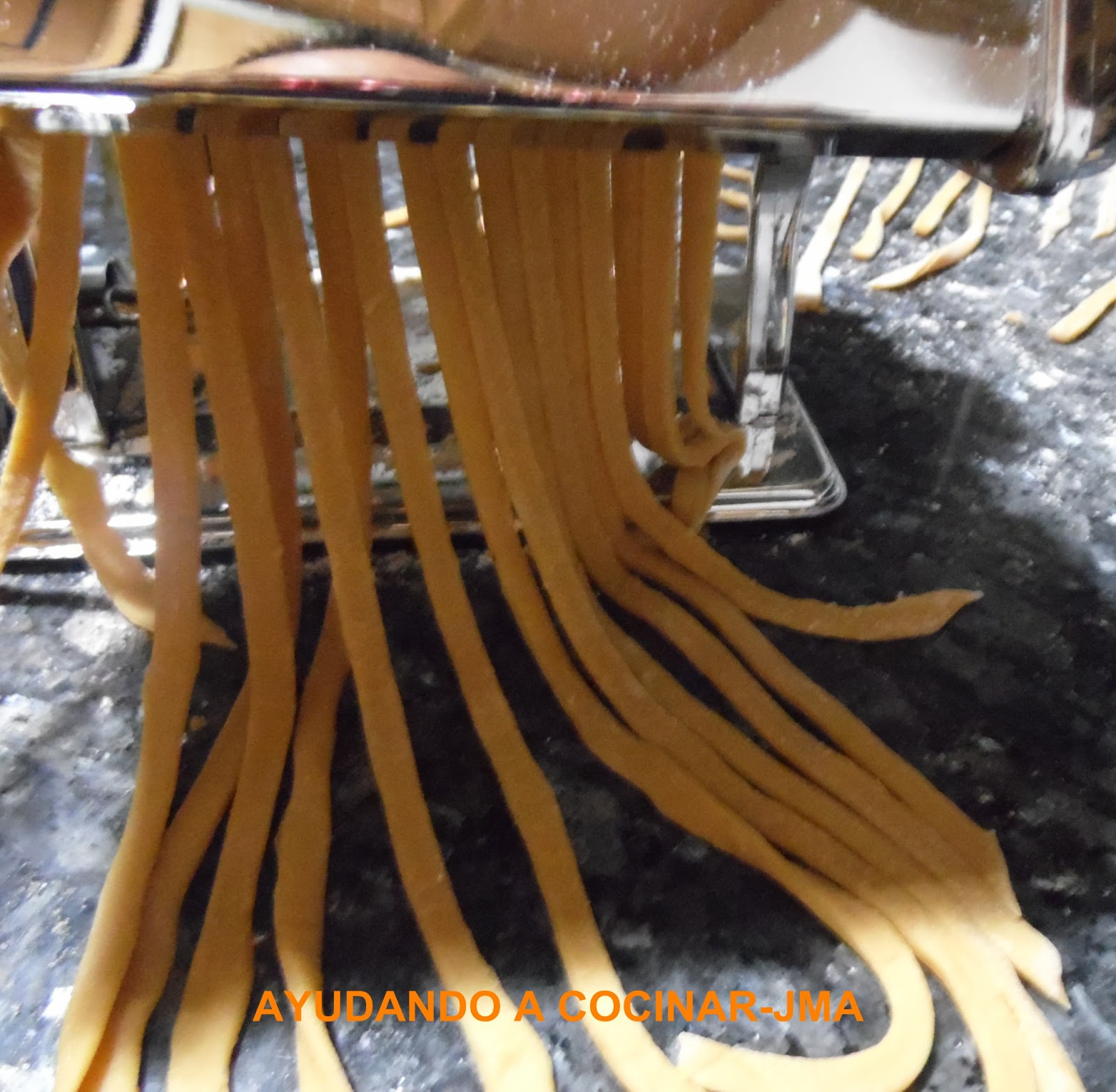 Ayudando a cocinar como hacer pasta fresca en casa for Como cocinar acelgas frescas