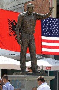 L'Albania dedica una statua a George. W. Bush