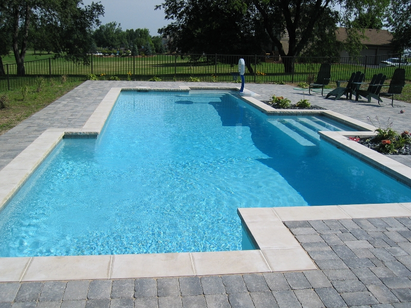 Belle piscine rectangulaire b ton prix for Prix piscine beton