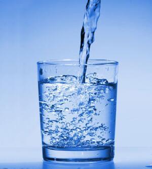 water-glass - شائعة .. شرب الماء الساخن يذيب الدهون - كوب ماء