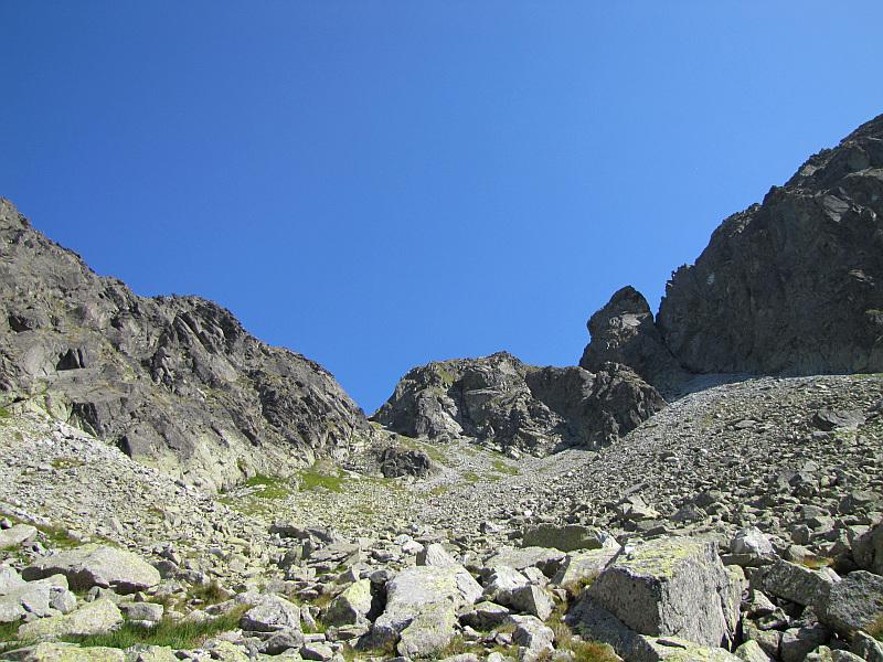 Przełęcz Krzyżne, a na prawo od niej Kopa nad Krzyżnem, turnia Ptak i zbocze Małej Buczynowej Turni.