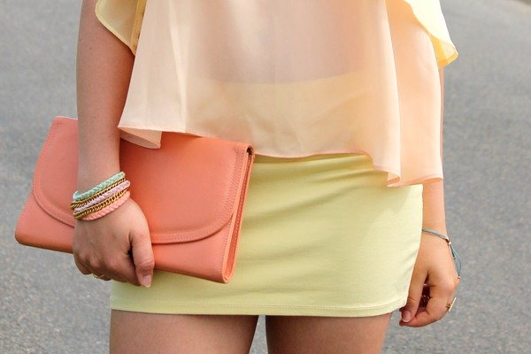 Pochette vintage corail jupe jaune