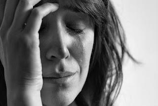 La ansiedad es aquella emoción que se produce cuando anticipamos esa amenaza, cuando pensamos lo que va a suceder y tratamos de prepararnos para hacerle frente. El estrés aparece cuando hay unas demandas ambientales excesivas, y nuestro organismo no da abasto para afrontarlo.