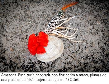 Tocado con base turín decorada con flor hecha a mano, pluma de oca y pluma de faisán sujeto con goma