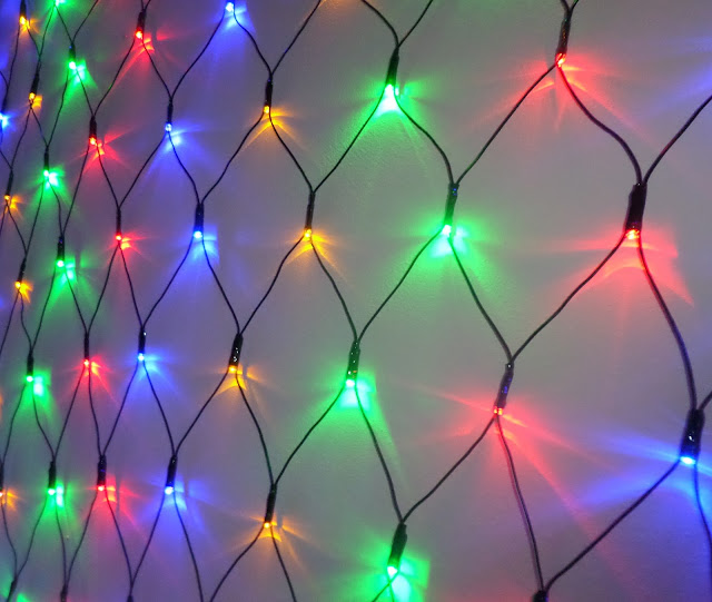 the led christmas net is huge with 320 led lights it measures an impressive 24metres x 16metres thanks to a long 5 metre cable from plug to first light - Led Net Christmas Lights