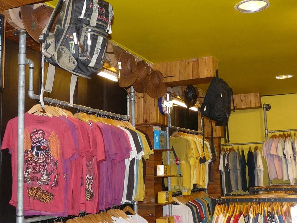 memilih model desain gantungan baju untuk toko pakaian