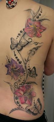 Flores com  borboletas subindo até no ombro