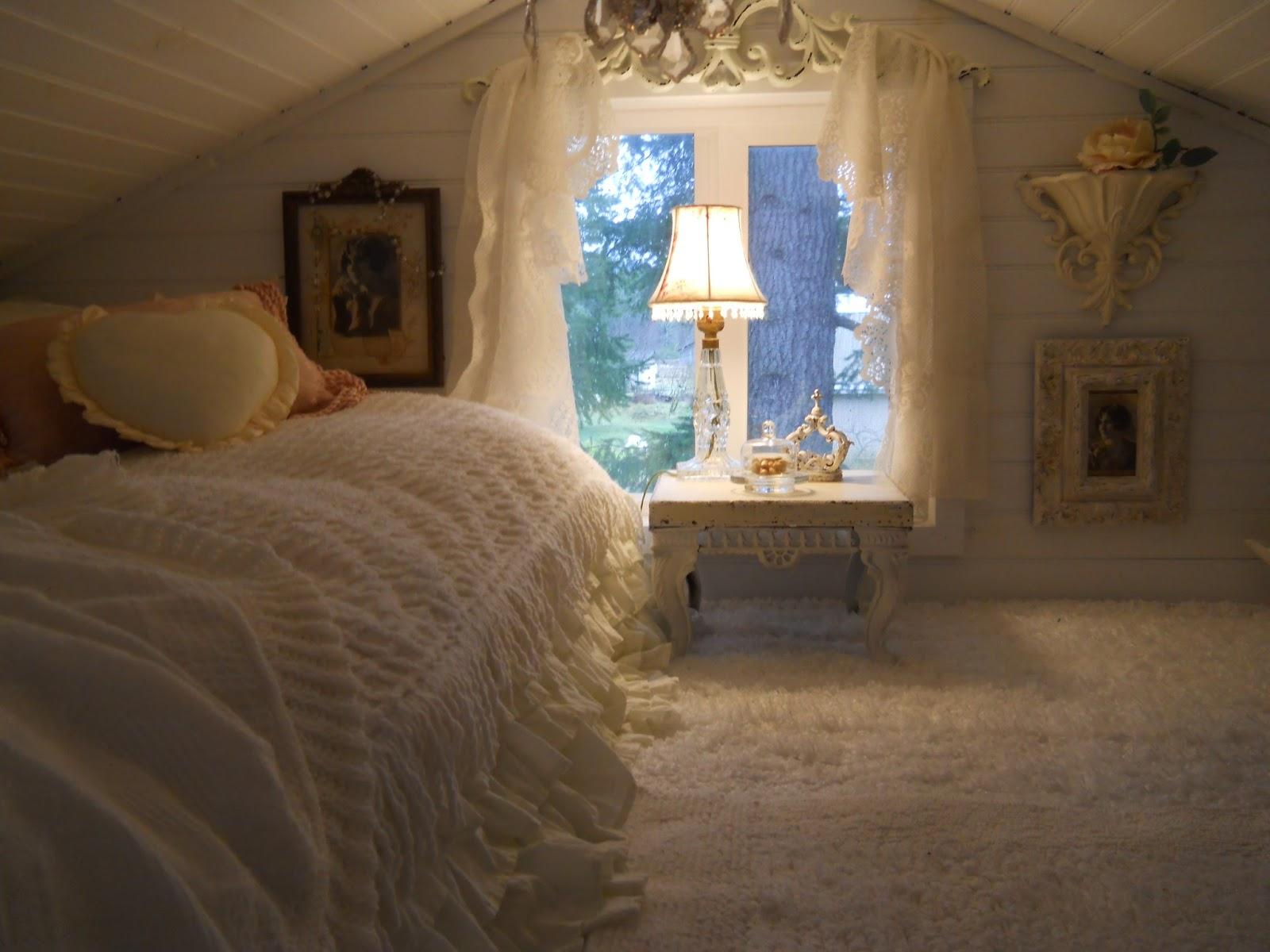 Shabby chic tiny retreat hosting a party in a tiny house - Dormitorio shabby chic ...