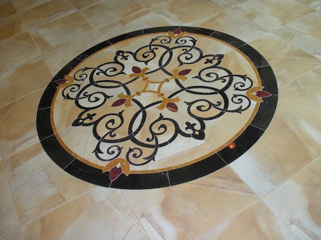 Piso con medallon de marmol y granito pisos y reposteros for Casa de marmol y granito