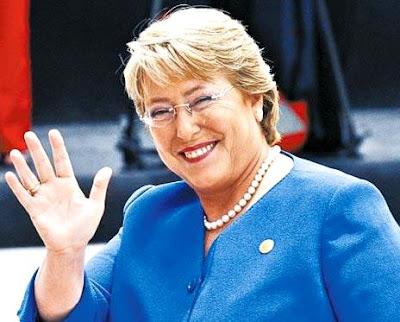 Michelle Bachelet saluda con una linda sonrisa
