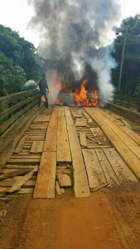 Carro dos assaltantes pegando fogo