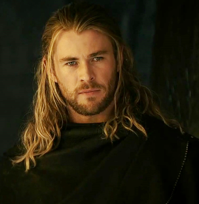 Chris Hemsworth con cabello largo como Thor