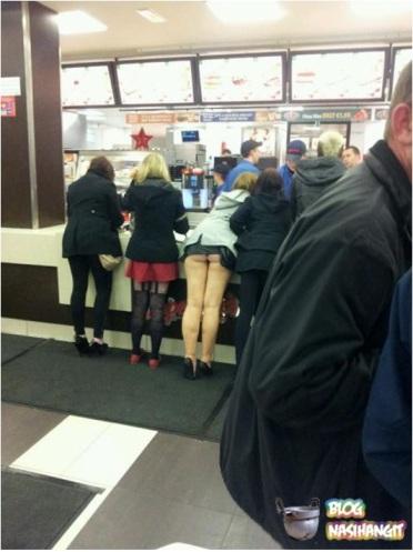 Pakai lagi skirt pendek pastu tak pakai seluar dalam. LOL. :D