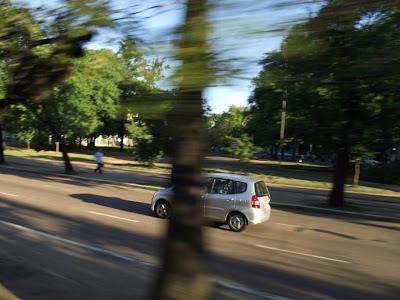 foto de um Honda Fit transitando na Avenida Osvaldo Aranha em Porto Alegre
