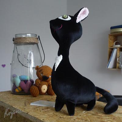 w pacowni - kot maskotka na zamówienie