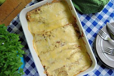 345. Zapiekanka z pełnoziarnistych naleśników, warzyw i sosu jogurtowego