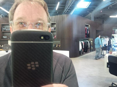 """El actor Tim Allen ha mostrado su dispositivo BlackBerry Q10 en Twitter donde subio una foto donde muestra el dispositivo. La última vez que vimos a Tim con un dispositivo BlackBerry fue en la serie """"Last Man Standing"""" en la cual aparecio con un dispositivo BlackBerry Z10, Tim es usuario de BlackBerry desde hace varios años y ha mostrado su pasión por los dispositivos BlackBerry . Esto fue lo que expreso a través de Twitter:"""