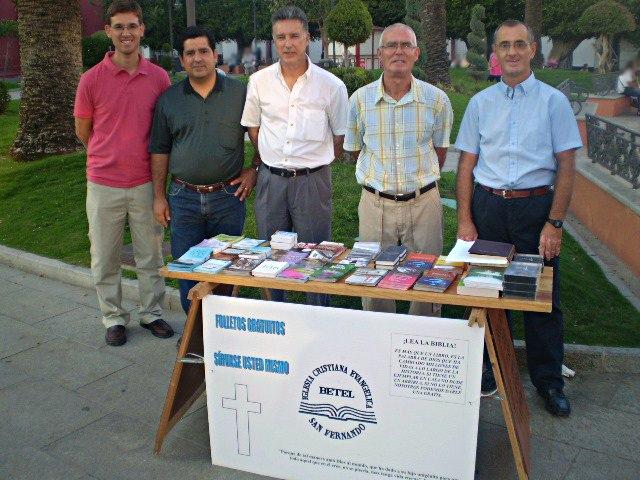 Algunos hermanos con el material bíblico