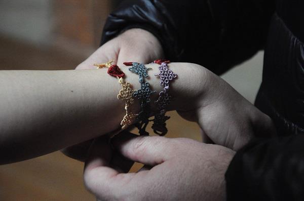 Caprai4Love, pulseras cruciani, macramé, suerte, solidaridad