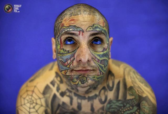 Мужчина позирует фотографам на международном фестивале татуажа в Сан-Паулу, Бразилия. (Nacho Doce/REUTERS)