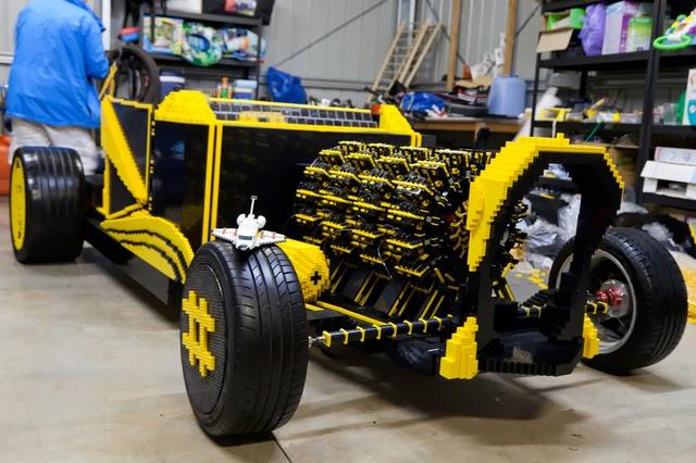 Una supercar fatta con i mattoncini lego si vedono tutte le parti del motore stellare