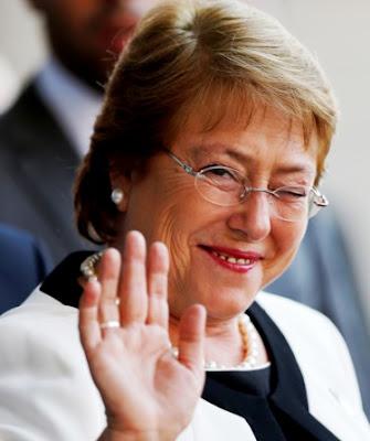 Michelle Bachelet saluda guiñando el ojo