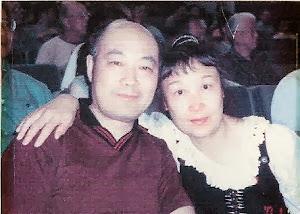 """2001.7,在纽约与分别了15年的大弟弟罗文相见,参加""""文革35周年讨论会""""。"""