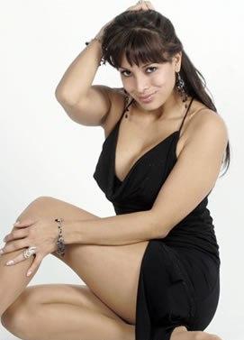 Marisela Puicón posando con vestido negro para sus fans