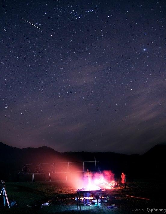 Một vệt sao băng trong trận mưa sao băng Geminid vừa qua trên bầu trời Khu dã ngoại cắm trại Bản Xôi, Ba Vì. Đây là hình ảnh từ buổi cắm trại và quan sát bầu trời của Hội Thiên Văn Nghiệp Dư Hà Nội (HAS) vào rạng sáng ngày 14 tháng 12 vừa qua. Hình ảnh bởi Q. Phương - HAS.
