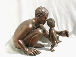 art figuratif: homme accroupi, apprend son enfant à marcher