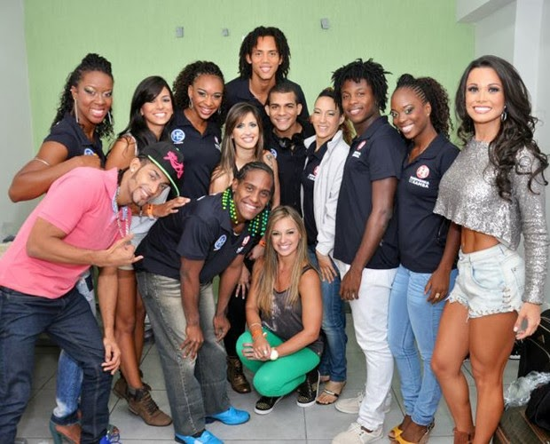 As bailarinas do Faustão posam com a galera do Harmonia do Samba (Foto: Arquivo Pessoal)