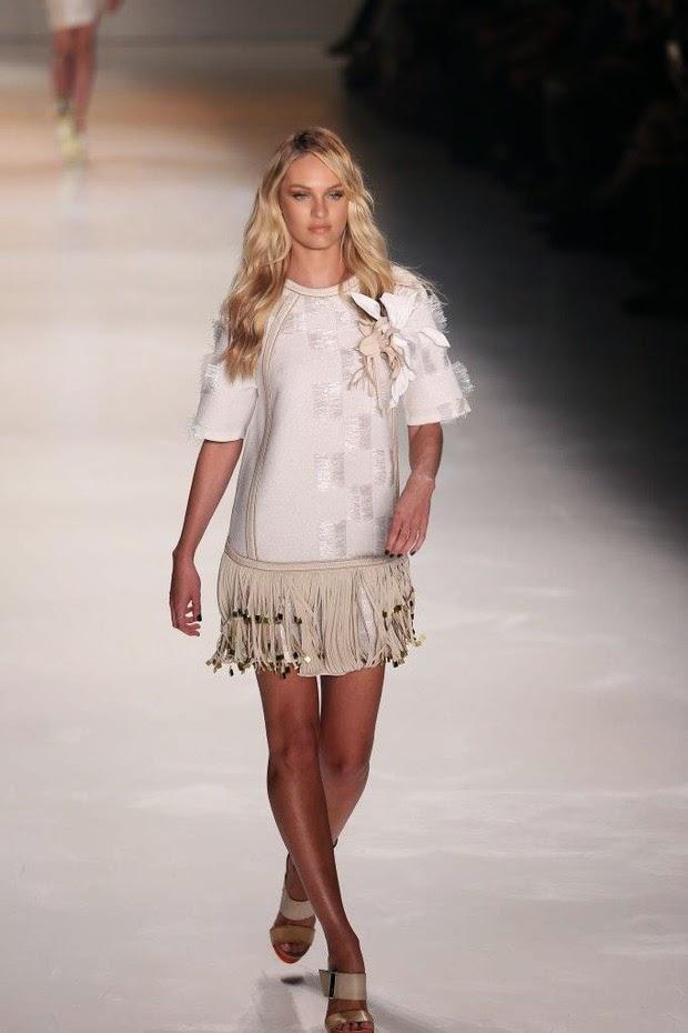 Candice Swanepoel desfila no SPFW com uma minissaia de couro, exibindo sua boa forma