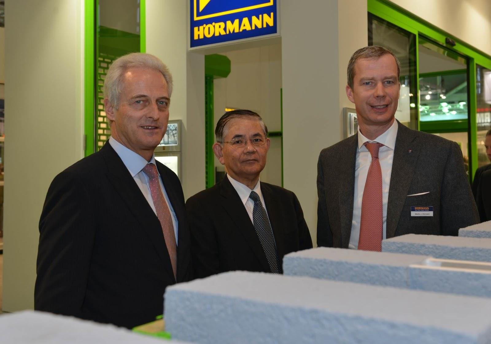 Bundesminister Dr. Peter Ramsauer und der japanische Vizebauminister Shigeru Kikukawa ließen sich auf der BAU 2013 in München von Martin J. Hörmann die neuesten Innovationen des Tor- und Türherstellers zeigen.