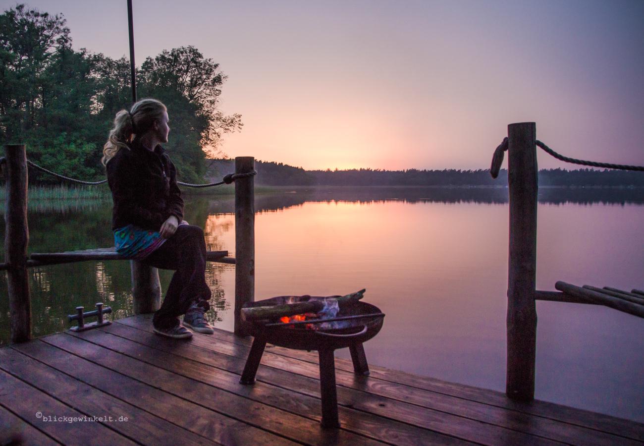 Feuerschale auf einem Floß vor Sonnenuntergang