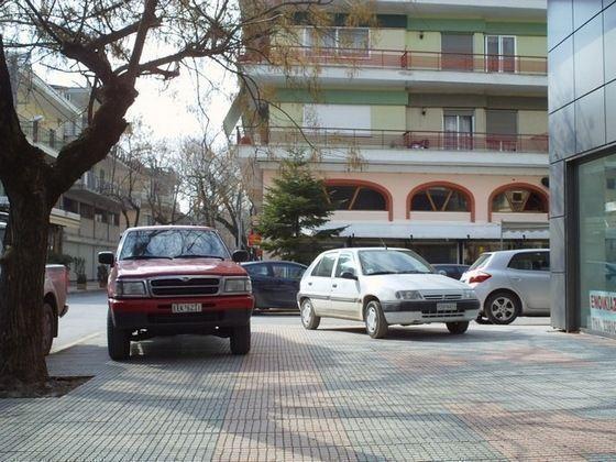 Παρκαρισμένα στα πεζοδρόμια