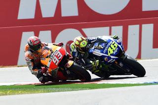 Fakta: Penyebab Jatuh Marquez Helmnya Menyentuh Lutut Rossi (Video)