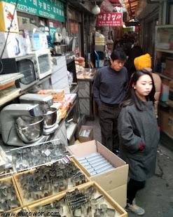 Callejón de tiendas de panadería en Seúl