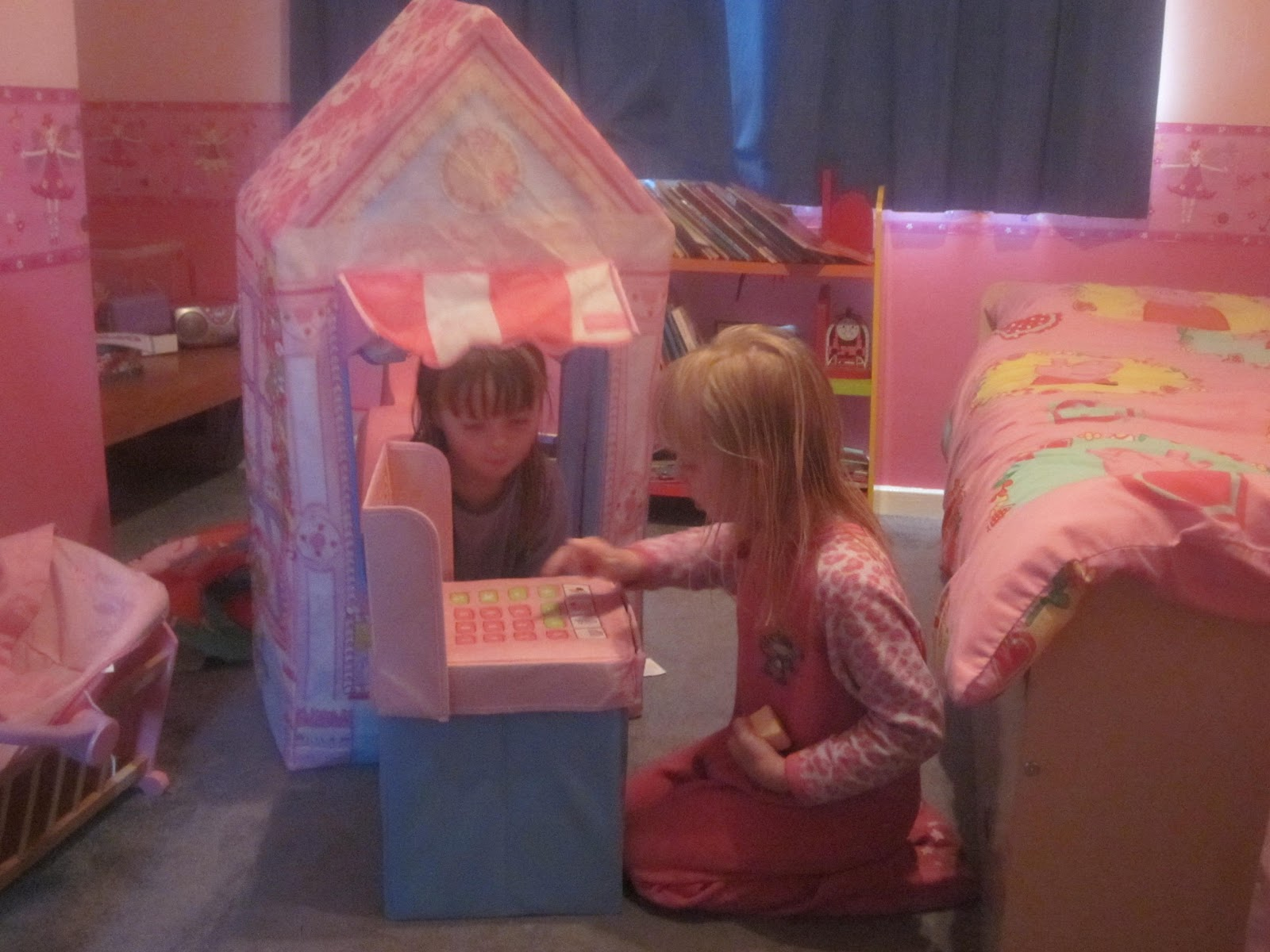 Review Love My Street Sweetheart Cottage and Cupcake Corner Play Tents & Honest Mummy Reviews : Review: Love My Street Sweetheart Cottage ...