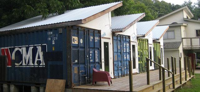 Estúdio de arte construído de contêiners reciclados