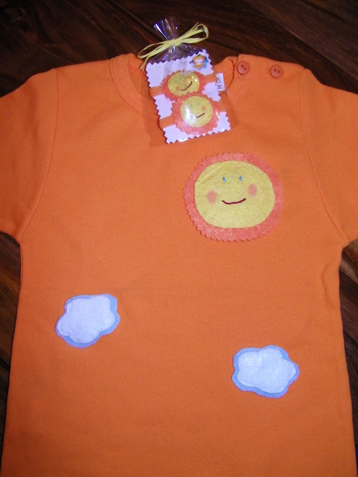 Primera Camiseta Veraniega Con Sol Y Nubes Y Sus Coleteros A Juegos