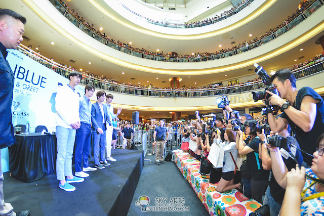 Group photo session of CNBLUE with the media friends