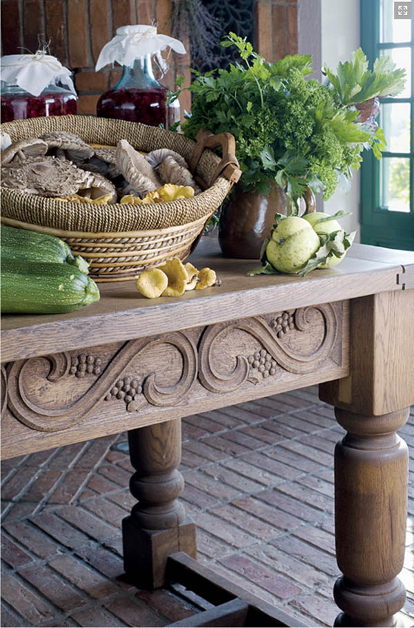 detalle de la mesa con verduras frescas y cesto