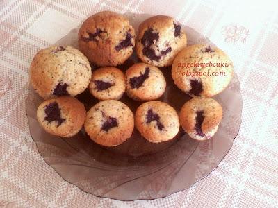 Fekete szedres muffin, csokoládé tésztás, fekete szederrel töltött sütemény.