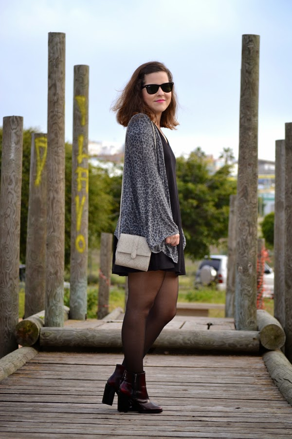 look_kimono_vestido_oversize_botines_burdeos_lolalolailo_01