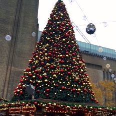 Pic of Christmas tree on top of market stall outside Tate Modern