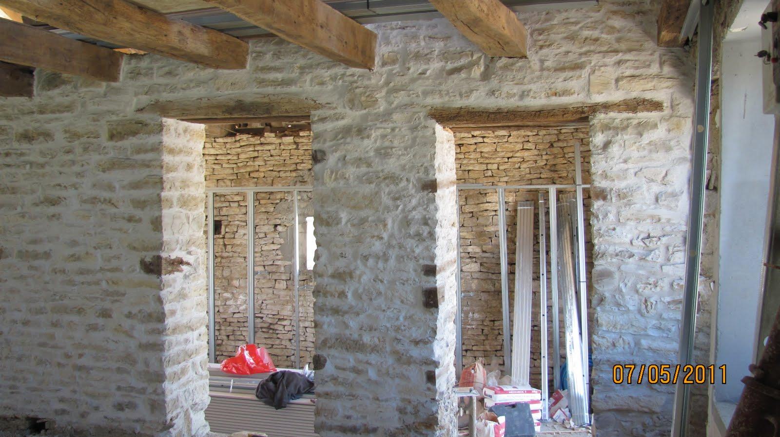 Ma onnerie finition des joints d 39 un mur en pierre dans un - Mur en agglo ...