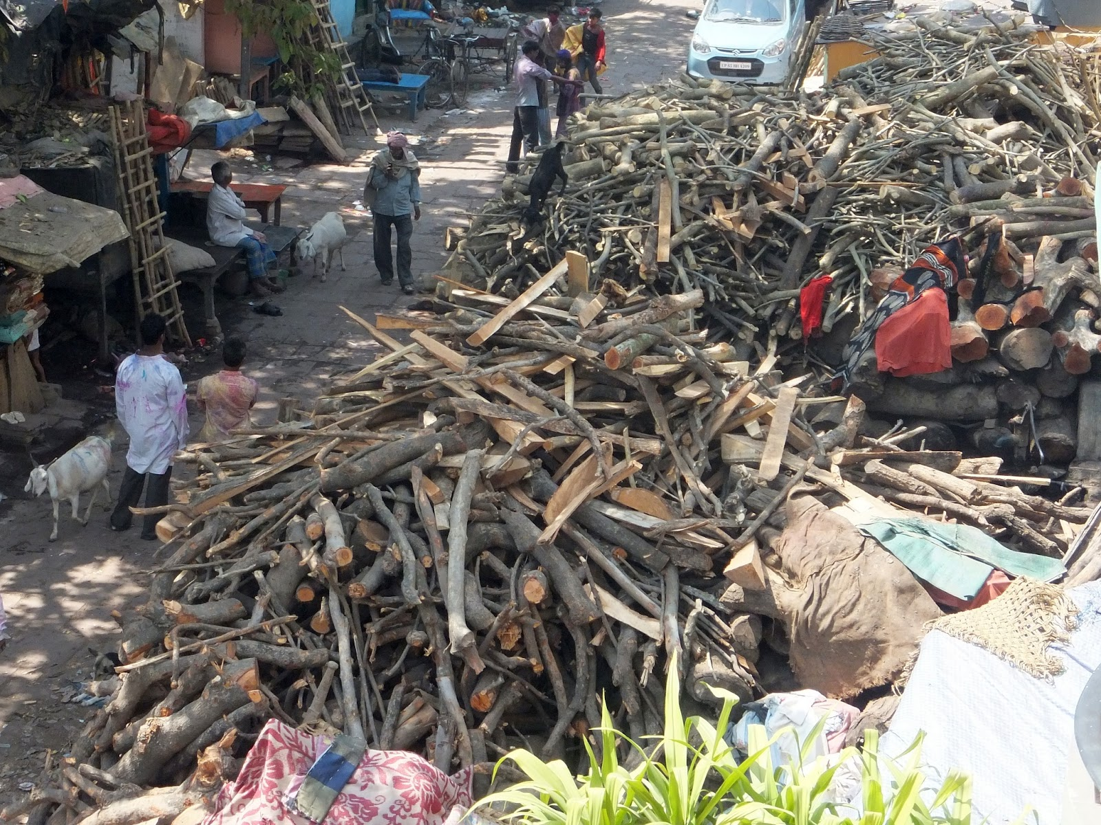 груды дров для кремации на улице в Варанаси