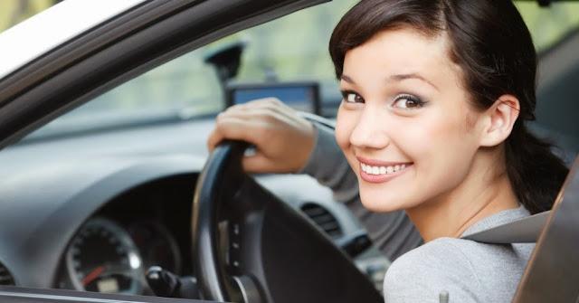 mulher feliz e confiante dirigindo