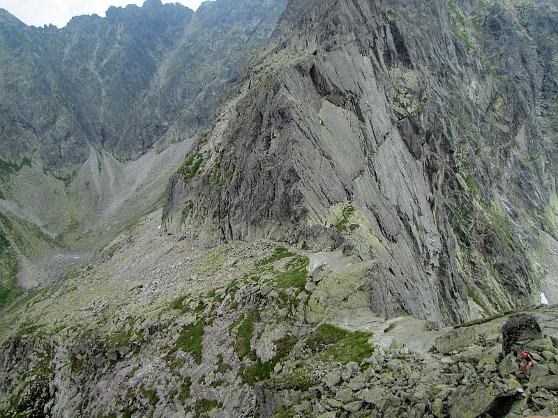 Zmarzła Przełęcz (2126 m n.p.m.), a za nią Zamarła Turnia (2179 m n.p.m.) z gładkimi  południowymi ścianami.