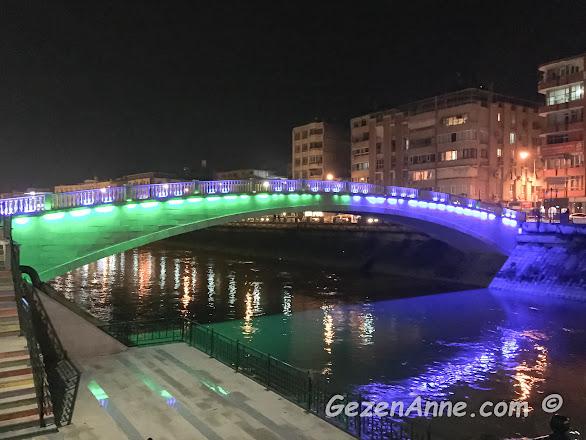 Asi nehrinin ve nehir üzerindeki ışıklandırılmış köprünün gece görüntüsü, Antakya Hatay